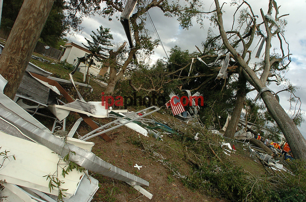 Deland, Florida USA Dec/26/06.The aftermath of a tornado is seen at ?Orange Wood? Mobile Home Park, Tuesday, Dec. 26, 2006, near DeLand, Fla. At least two tornadoes touched down in the state on Monday as a squall line produced by a deep low pressure system moved across Florida and southeast Georgia from the Gulf of Mexico, dumping several inches of rain. (Photo by IPAPHOTO.COM) ..Deland, Florida USA Dic/26/06.Restos de las viviendas destruidas por el paso de una tormenta en el  conjunto de casas móviles ?Orange Wood? en la ciudad  de Deland, Florida hoy, 26 de diciembre de 2006. Al menos dos tornados tocaron tierra en el estado de la Florida en Estados Unidos, el pasado lunes, producido por una baja presión en el sistema, ocasionando fuertes lluvias..(Photo by IPAPHOTO.COM)