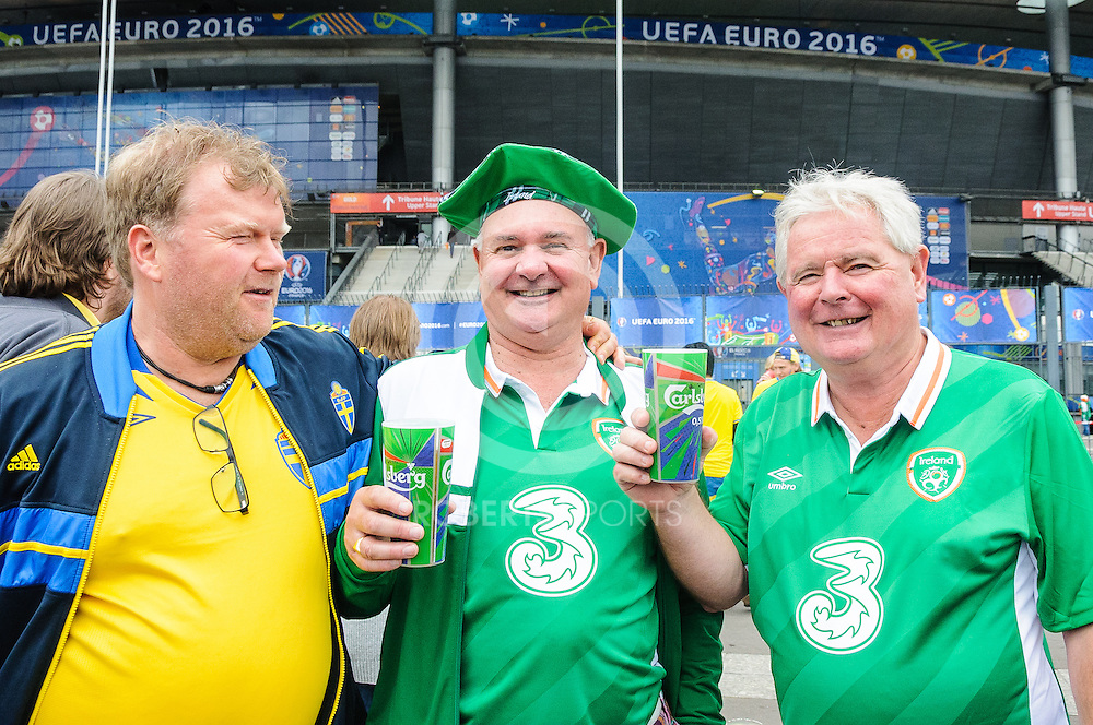 Ireland and Sweden fans make friends ahead of the IRELAND v SWEDEN UEFA EURO 2016 game at Stade de France in St Denis, 13 June 2016. (c) Paul J Roberts / Sportpix.org.uk