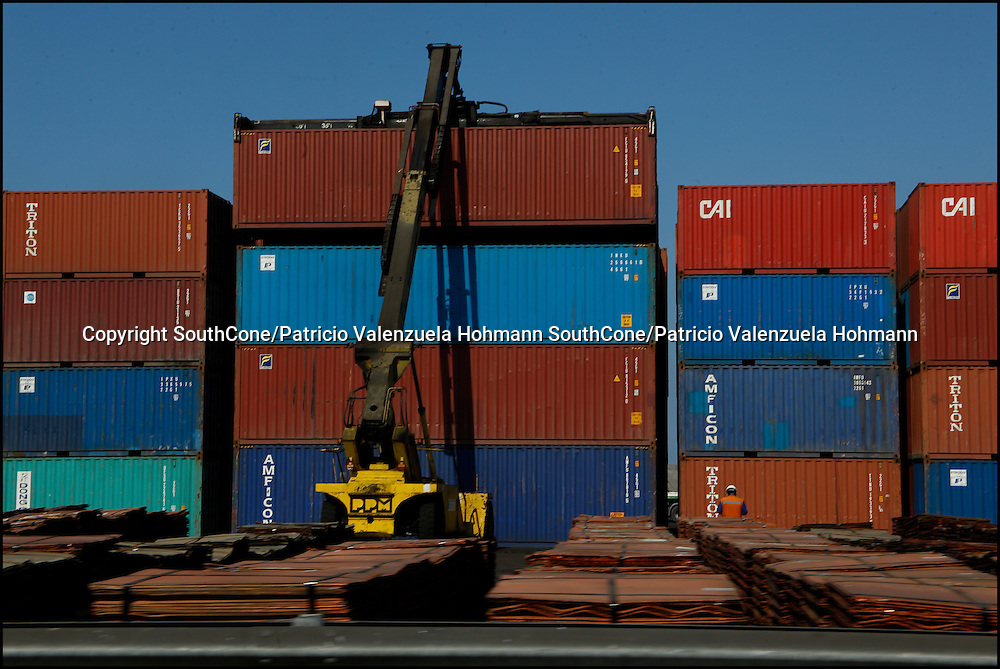 Containers are arranged at a northern Chilean port. Green Corp. en Stock