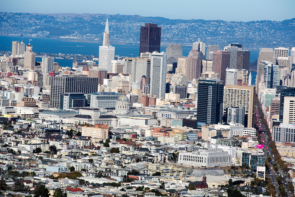 Uitzicht op de Financial District in San Francisco waar veel hoofdkantoren van banken en grote ondernemingen zijn gevestigd. De Amerikaanse stad San Francisco aan de westkust is een van de grootste steden in Amerika en kenmerkt zich door de steile heuvels in de stad.<br /> <br /> View at the Financial District of San Francisco where headquarters of banks and financial companies are located. The US city of San Francisco on the west coast is one of the largest cities in America and is characterized by the steep hills in the city.