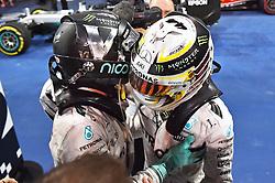 v.l. Weltmeister 2016, 2. Platz im Rennen, Nico Rosberg (GER#6), Mercedes AMG Petronas Formula One Team und Lewis Hamilton (GB#44), Mercedes AMG Petronas Formula One Team umarmen sich beim Rennen im Rahmen des Grand Prix von Abu Dhabi auf dem Yas Marina Circuit / 271116<br /> <br /> ***Abu Dhabi Formula One Grand Prix on November 27th, 2016 in Abu Dhabi, United Arab Emirates - Race Day ***