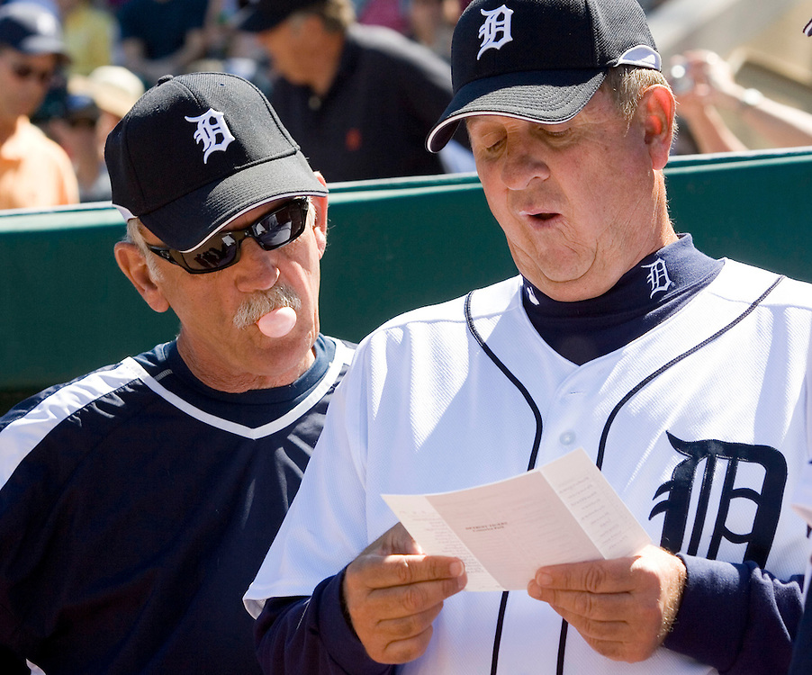 Detroit Tigers manager Jim Leyland (L) looks over the shoulder of third base coach Gene Lamont to review starting lineup before their MLB spring training baseball game against the Toronto Blue Jays in Lakeland, Florida March 6, 2007.  REUTERS/Scott Audette(UNITED STATES)