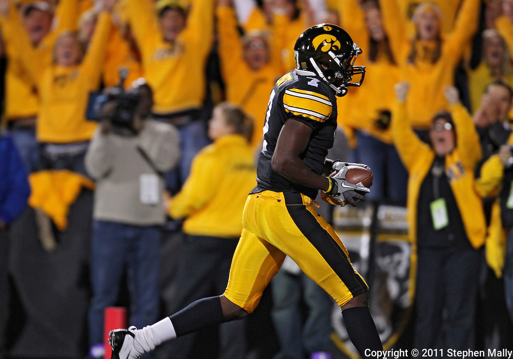 October 15, 2011: Iowa Hawkeyes wide receiver Marvin McNutt (7) pulls in a 35 yard touchdown pass during the second half of the NCAA football game between the Northwestern Wildcats and the Iowa Hawkeyes at Kinnick Stadium in Iowa City, Iowa on Saturday, October 15, 2011. Iowa defeated Northwestern 41-31.