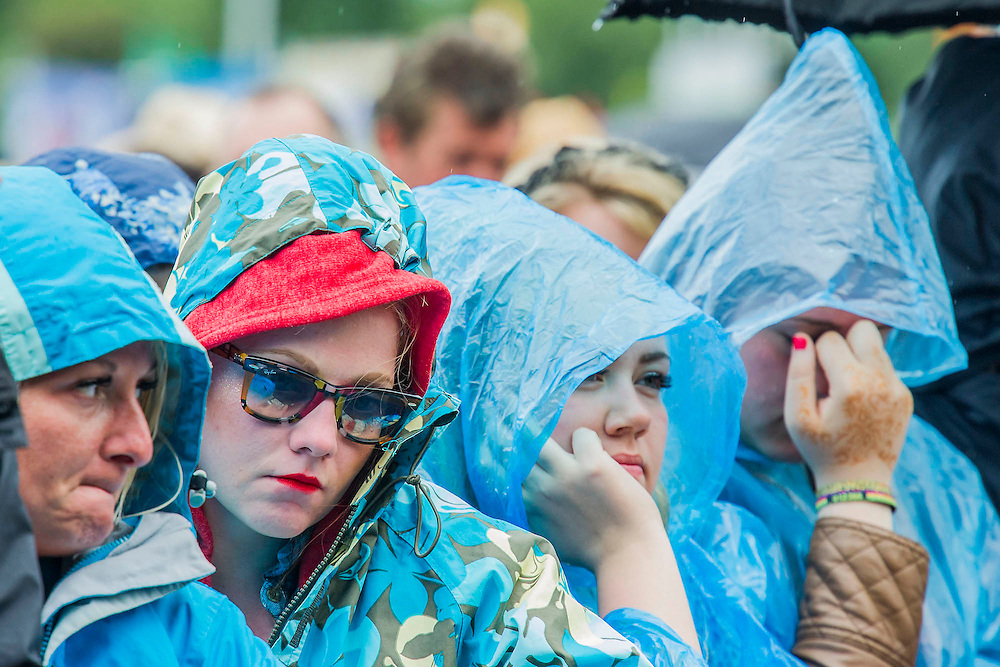 Kelis performs on the Pyramid Stage. Fans show fatigue while they wait for her to start. The 2014 Glastonbury Festival, Worthy Farm, Glastonbury. 27 June 2013.  Guy Bell, 07771 786236, guy@gbphotos.com