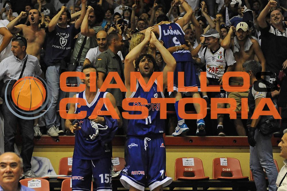 DESCRIZIONE : Forli LNP Lega Nazionale Pallacanestro Serie A Dilettanti 2009-10 Playoff Finale Gara5 Vemsistemi Forli Amori Fortitudo Bologna<br /> GIOCATORE : Salvatore Genovese Gennaro Sorrentino Davide Lamma Tifosi<br /> SQUADRA : Amori Fortitudo Bologna<br /> EVENTO : Lega Nazionale Pallacanestro 2009-2010 <br /> GARA : Vemsistemi Forli Amori Fortitudo Bologna<br /> DATA : 16/06/2010<br /> CATEGORIA : esultanza<br /> SPORT : Pallacanestro <br /> AUTORE : Agenzia Ciamillo-Castoria/M.Marchi<br /> Galleria : Lega Nazionale Pallacanestro 2009-2010 <br /> Fotonotizia : Forli LNP Lega Nazionale Pallacanestro Serie A Dilettanti 2009-10 Playoff Finale Gara5 Vemsistemi Forli Amori Fortitudo Bologna<br /> Predefinita :