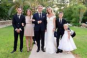 Wendy van Dijk en Erland Galjaard zijn getrouwd op Ibiza in het Agroturismo Atzaró . Agroturismo Atzaró bevindt zich in een sinaasappelboomgaard op het platteland van Ibiza. Dit mooie, landelijke hotel beschikt over een klein buitenzwembad en een kleine spa. <br /> <br /> Op de foto: <br />  Wendy van Dijk en Erland Galjaard met  kinderen