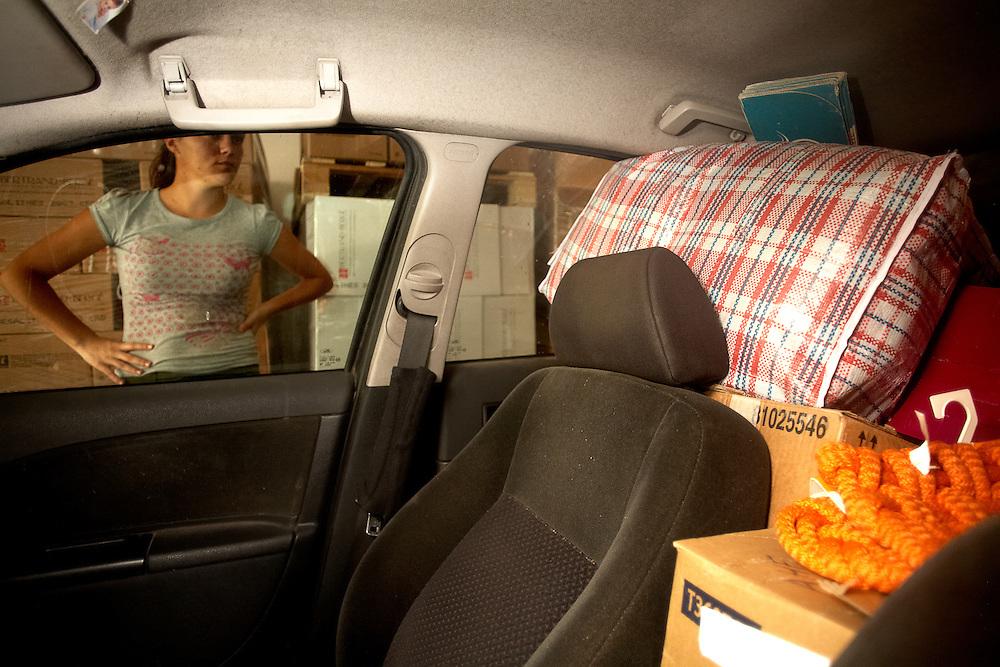 29/11/2009. PAZIOLS (FRANCIA). La familia Hinojosa Moreno cuenta con un vehículo particular, que conduce el hijo, Aurelio, y que a la hora de regresar al pueblo, después de terminar las campañas de la fruta en el sur de Francia, vuelve a Alcalá del Valle cargado de bultos y también de experiencias vividas. Todos no caben en el coche, por lo cual algunos miembros de la familia hace el viaje en autocar..FOTOGRAFIA: TONI VILCHES.
