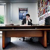 Nederland, Amsterdam , 7 september 2010..Plaatsvervangend hoofdredacteur Eduard van Holst Pellekaan van bij HP de Tijd achter het bureau..Het bureau was vroeger te zien als het bureau van Kooten en De Bie in het satirisch programma Simplistisch Verbond..Foto:Jean-Pierre Jans