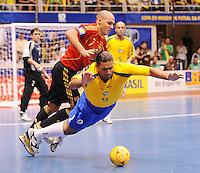 Fussball  International  FIFA  FUTSAL WM 2008   19.10.2008 Finale Brasil - Spain Brasilien - Spanien JAVI RODRIGUEZ (li, ESP) gegen BETAO (BRA)