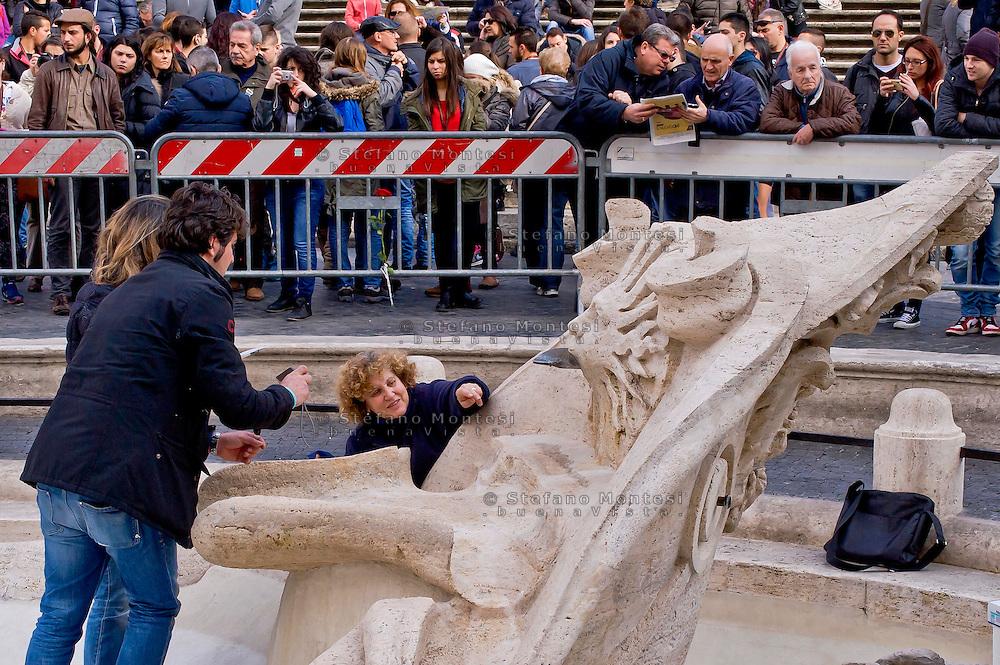 """Roma 20 Febbraio 2015<br /> La fontana della Barcaccia a Piazza di Spagna danneggiata dai tifosi del Feyenoord.  Gli archeologi  della sovrintendenza ai Beni Culturali di Roma, hanno riscontrato «danni permanenti» alla fontana seicentesca.<br /> Rome February 20, 2015<br /> The Fountain of Barcaccia in Piazza di Spagna damaged by fans of Feyenoord. Archaeologists of the superintendent of Cultural Heritage of Rome, found """"permanent damage"""" to the seventeenth-century fountain."""