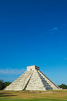 Mexique, Etat du Yucatan, site archéologique de Chichen Itza, classé Patrimoine Mondial de l'UNESCO, Pyramide El Castillo, Temple de Kukulcan, anciennes ruines maya // Mexico, Yucatan state, Chichen Itza archeological site, World heritage of UNESCO, Pyramide El Castillo, Temple of Kukulcan, ancient mayan ruins