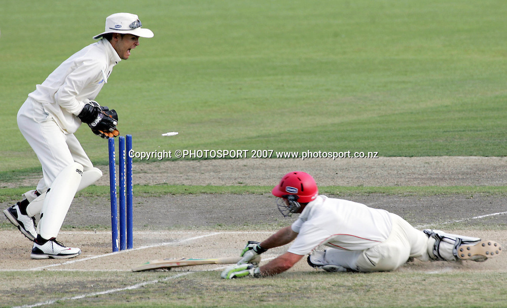 Northern District's wicket keeper Peter McGlashan runs out Canterbury's Kruger van Wyk off a Hamish Marshall (out of frame) throw during the State Championship Cricket Final between Northern Districts and Canterbury at Seddon Park, Hamilton, New Zealand on Sunday 25 March 2007. Photo: Hagen Hopkins/PHOTOSPORT<br />
