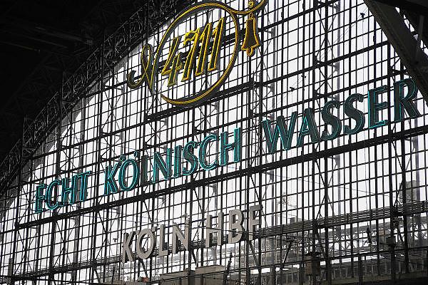 Duitsland, Keulen, 9-8-2009In het station van Keulen wordt reclame gemaakt voor 4711, keuls water.Foto: Flip Franssen/Hollandse Hoogte