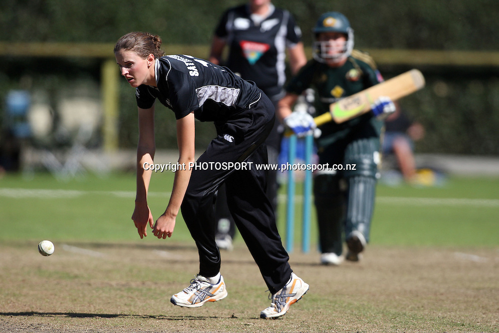 Amy Satterthwaite fielding, New Zealand White Ferns v Australia, Rosebowl cricket series, One day international, Queens Park, Invercargill. 6 March 2010. Photo: William Booth/PHOTOSPORT