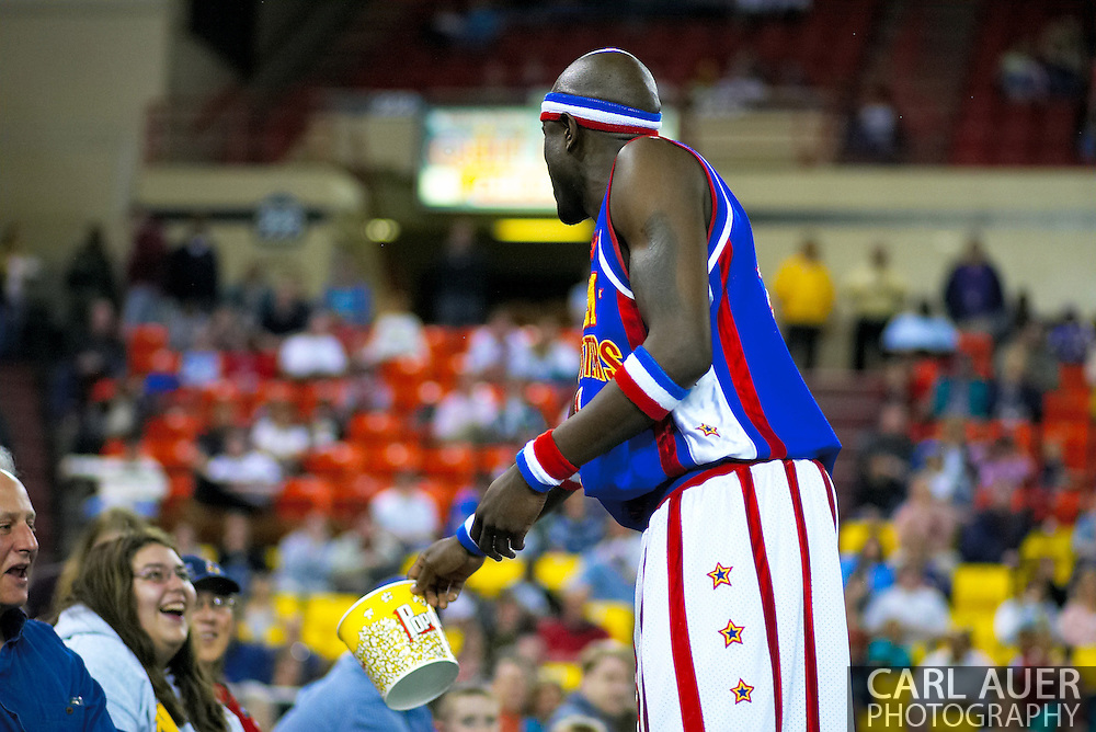 "04 May 2006: Kevin ""Special K"" Daley offers some of his stolen popcorn to a fan at the Harlem Globetrotters vs the New York Nationals at the Sulivan Arena in Anchorage Alaska during their 80th Anniversary World Tour.  This is the first time in 10 years that the Trotters have visited Alaska."