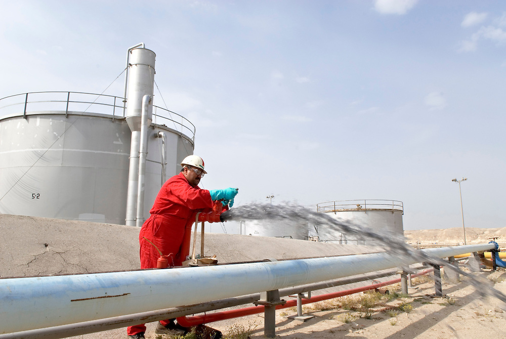 Bahrain, a worker of BAPCO next to an oil pipeline; Arbeiter an Ölpipeline,