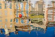 Reflets dans l'eau dans le quartier du vieux port de Cannes // Reflections on water in old port district