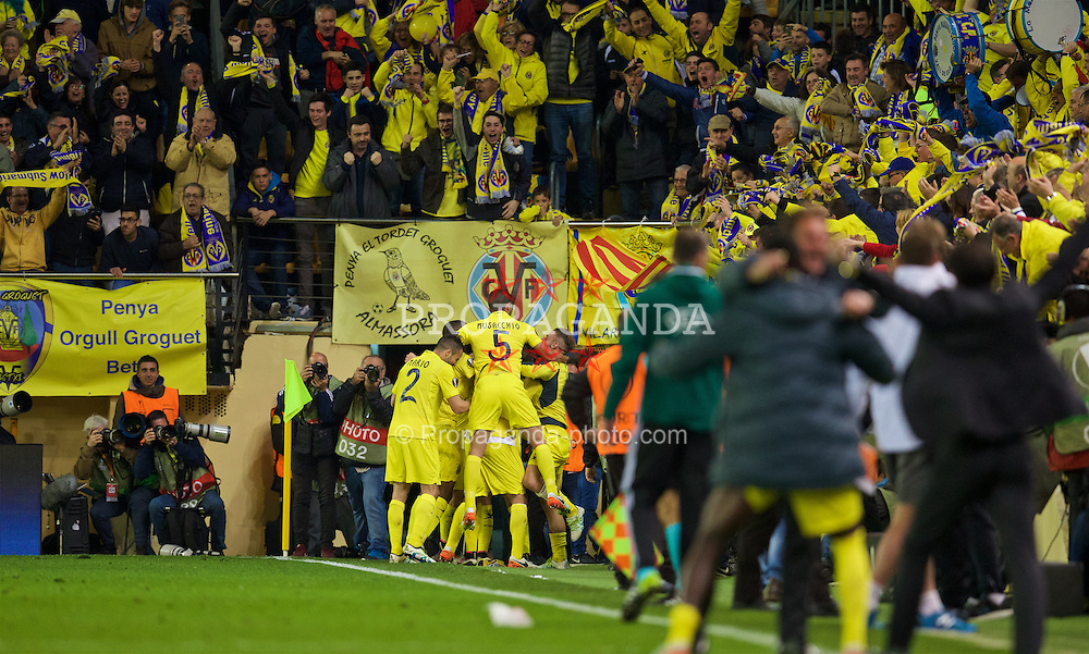 VILLRREAL, SPAIN - Thursday, April 28, 2016: Villarreal CF players celebrate their injury time winning goal against Liverpool during the UEFA Europa League Semi-Final 1st Leg match at Estadio El Madrigal. (Pic by David Rawcliffe/Propaganda)