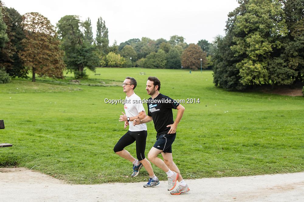 verslaggever en Tim Verheyden verkennen het parcours van de Gaston Roelands 5 en 10km te Brussel