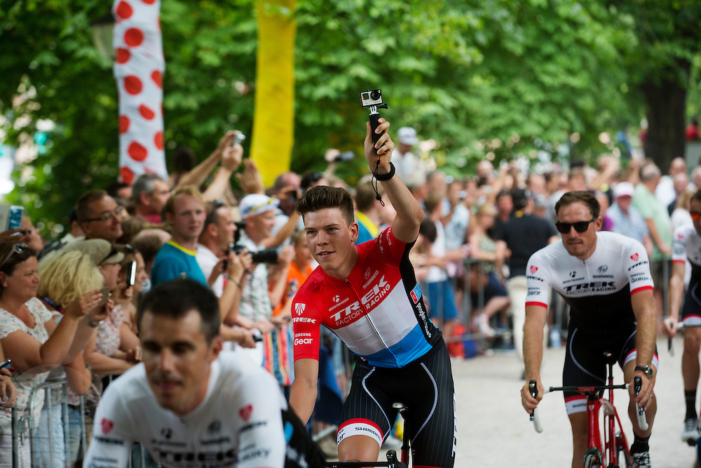 Laurent Didier van Team Trek Factory Racing filmt zijn passage langs de wielerliefhebbers. In Utrecht vindt met de presentatie van de renners het eerste officiële deel plaats van de Grand Depart. Op 4 juli start de Tour de France in Utrecht met een tijdrit. De dag daarna vertrekken de wielrenners vanuit de Domstad richting Zeeland. Het is voor het eerst dat de Tour in Utrecht start.<br /> <br /> Laurent Didier of Team Trek Factory Racing films while he passes the fans. In Utrecht the riders present themselves as the first official moment of the Grand Depart . On July 4 the Tour de France starts in Utrecht with a time trial. The next day the riders depart from the cathedral city direction Zealand. It is the first time that the Tour starts in Utrecht.