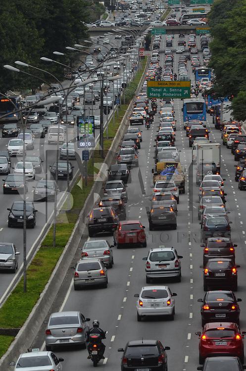 SAO PAULO, SP, 17 DE MAIO DE 2013 - TRANSITO - SAO PAULO - Transito intenso na Avenida 23 de Maio, altura do Viaduto Tutóia, região do Paraiso, na manha desta sexta feira, 17.  (FOTO: ALEXANDRE MOREIRA / BRAZIL PHOTO PRESS)