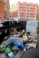 Roma  2009. Cassonetti della spazzatura pieni e rifiuti per la strada, per le vie del quartiere San Lorenzo tra Via degli Ausoni e Piazza dei Sanniti.