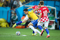 Hernanes disputa bola contra a Croácia na estréia da Copa do Mundo 2014, na Arena Corinthians, em São Paulo. FOTO: Jefferson Bernardes/ Agência Preview