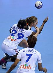 10-12-2013 HANDBAL: WERELD KAMPIOENSCHAP NEDERLAND - FRANKRIJK: BELGRADO <br /> 21st Women s Handball World Championship Belgrade, Nederland verliest met 23-19 van Frankrijk / (L-R) Gnonsiane Niombla, Laura van der Heijden<br /> ©2013-WWW.FOTOHOOGENDOORN.NL