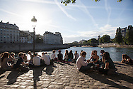 France. Paris.4th district. people gathering on Saint louis island  quay,  / les gens se rassemblent a la pointe de l ile saint Louis,