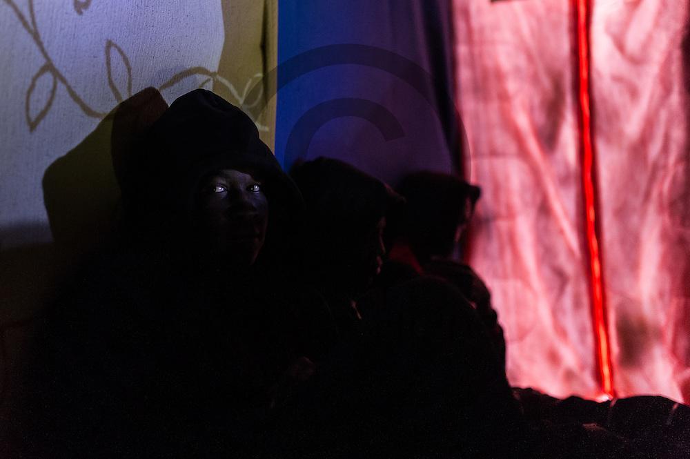 Calais, Frankreich - 16.10.2016<br /> Ein Migrant aus dem Sudan sitzt im Dschungel von Calais in einer H&uuml;tte. Das Fluechtlingscamp an der Kueste zum Aermelkanal soll laut franz&ouml;sischer Regierung in den n&auml;chsten Tagen geraeumt werden. In dem Camp leben um die 1000 Fluechtlinge und warten auf die Moeglichkeit zur Weiterreise durch den Eurotunnel nach Gro&szlig;britannien. Photo: Foto: Markus Heine / heineimaging<br /> <br /> Calais, France - 2016/10/16<br /> A migrant from Sudan sits in the Calais Jungle in a hut. The refugee camp on the coast to the English Channel is to be cleared in the next few days, according to the French government. In the camp live around the 1000 refugees and wait for the possibility to travel further through the Eurotunnel to the UK. Photo: Foto: Markus Heine / heineimaging<br /> <br /> ------------------------------<br /> <br /> Ver&ouml;ffentlichung nur mit Fotografennennung, sowie gegen Honorar und Belegexemplar.<br /> <br /> Bankverbindung:<br /> IBAN: DE65660908000004437497<br /> BIC CODE: GENODE61BBB<br /> Badische Beamten Bank Karlsruhe<br /> <br /> USt-IdNr: DE291853306<br /> <br /> Please note:<br /> All rights reserved! Don't publish without copyright!<br /> <br /> Stand: 10.2016<br /> <br /> ------------------------------