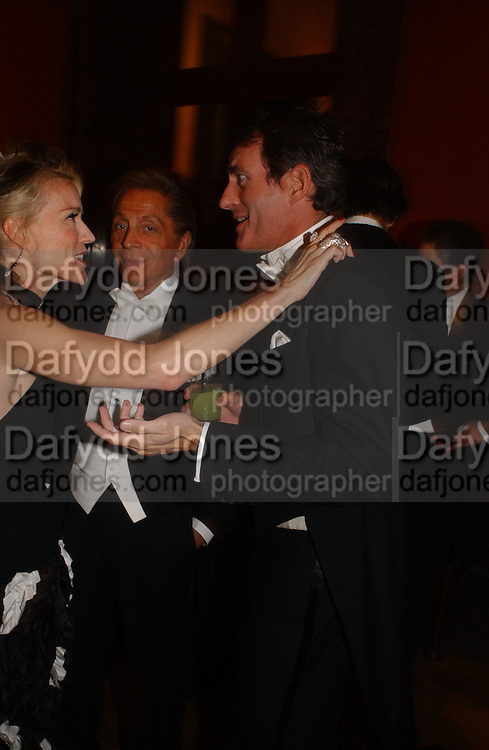 Daphne guinness, Valentino,  and Tim Jefferies, Belle Epoche gala fundraising dinner. National Gallery. 16 March 2006. ONE TIME USE ONLY - DO NOT ARCHIVE  © Copyright Photograph by Dafydd Jones 66 Stockwell Park Rd. London SW9 0DA Tel 020 7733 0108 www.dafjones.com