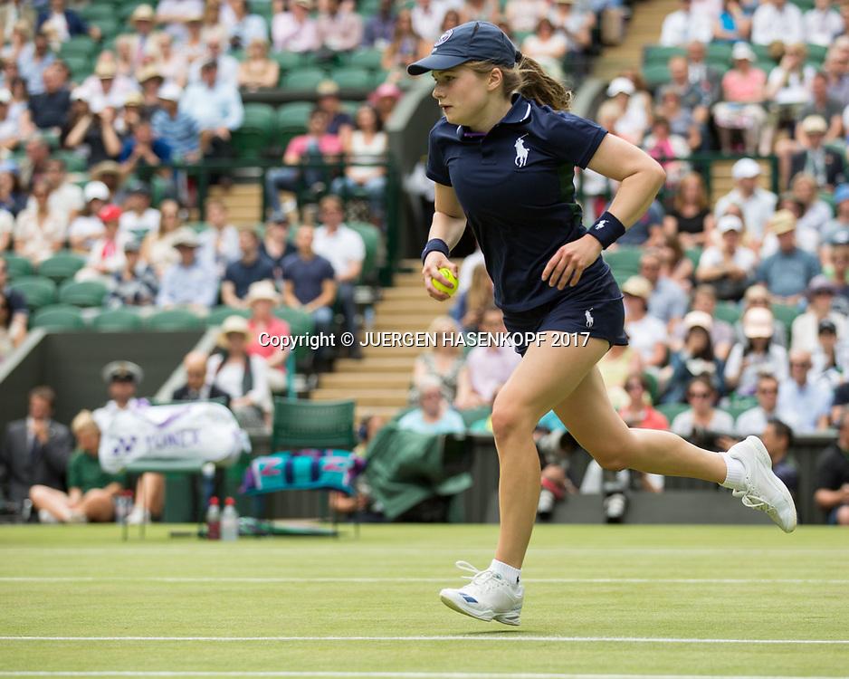 Wimbledon Feature, Ballmaedchen in Aktion auf dem Centre Court<br /> <br /> Tennis - Wimbledon 2017 - Grand Slam ITF / ATP / WTA -  AELTC - London -  - Great Britain  - 4 July 2017.