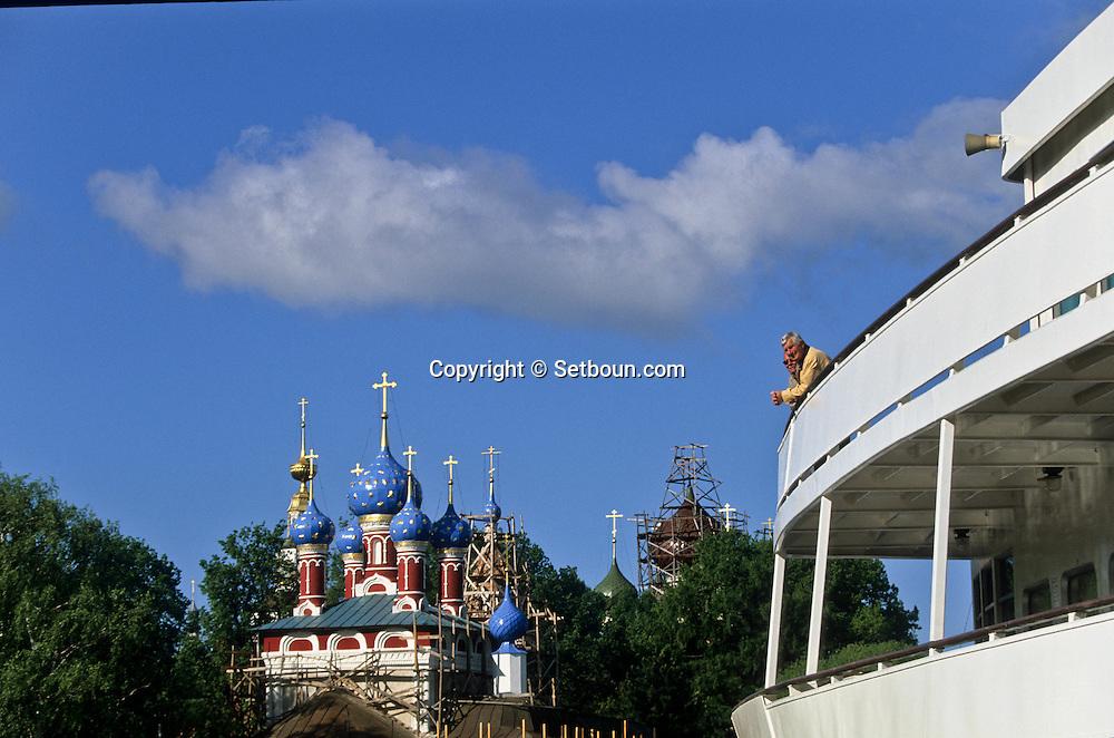 San Dimitri church on the blood. blue roof and cruise boat  Vissariou Belinsky ///   Ouglitch  Russia     /// Église Saint Dimitri sur le sang et bateau de croisiéres Vissariou Belinsky, Russie Cruise. /// bulbe bleu  Ouglitch  Urss   ///     L0007108  /  R20203  /  P108092