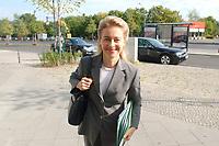 28 SEP 2003, BERLIN/GERMANY:<br /> Ursula von der Leyen, CDU, Sozialministerin Niedersachsen, auf dem Weg zur Sitzung der CDU-Kommission Soziale Sicherheit, der sog. Herzog-Kommission, vor der Bundesgeschaeftsstelle der CDU<br /> IMAGE: 20030928-01-017<br /> KEYWORDS: Renten-Kommission, Konrad-Adenauer-Haus,