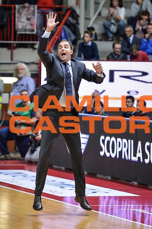 DESCRIZIONE : Varese Lega A 2015-16 Openjobmetis Varese Dinamo Banco di Sardegna Sassari<br /> GIOCATORE : Paolo Moretti<br /> CATEGORIA : Allenatore Coach Mani <br /> SQUADRA : Openjobmetis Varese<br /> EVENTO : Campionato Lega A 2015-2016<br /> GARA : Openjobmetis Varese - Dinamo Banco di Sardegna Sassari<br /> DATA : 27/10/2015<br /> SPORT : Pallacanestro<br /> AUTORE : Agenzia Ciamillo-Castoria/M.Ozbot<br /> Galleria : Lega Basket A 2015-2016 <br /> Fotonotizia: Varese Lega A 2015-16 Openjobmetis Varese - Dinamo Banco di Sardegna Sassari