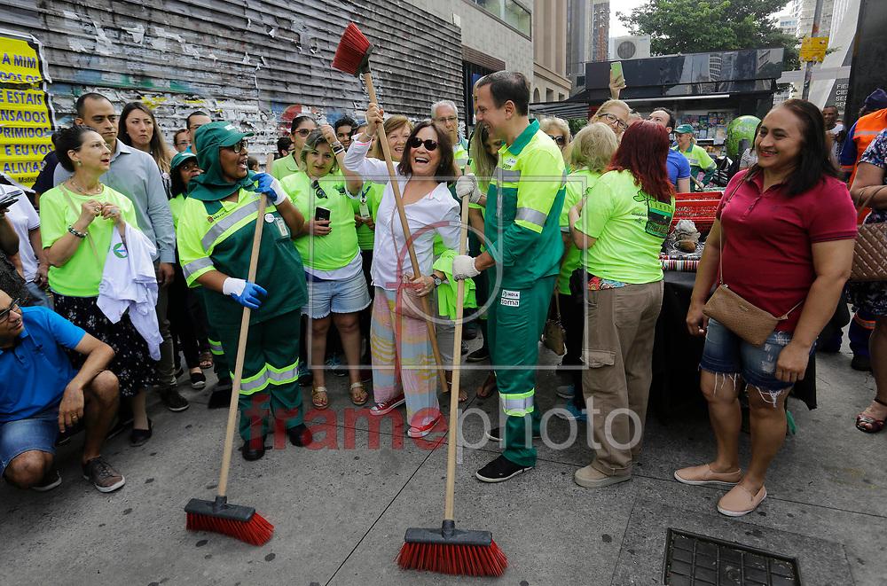 A atriz Regina Duarte (e) encontra o prefeito Joao Doria durante a operacao cidade linda, de limpeza e zeladoria urbana, na avenida paulista na manha deste sabado. Foto: Nelson Antoine/FramePhoto