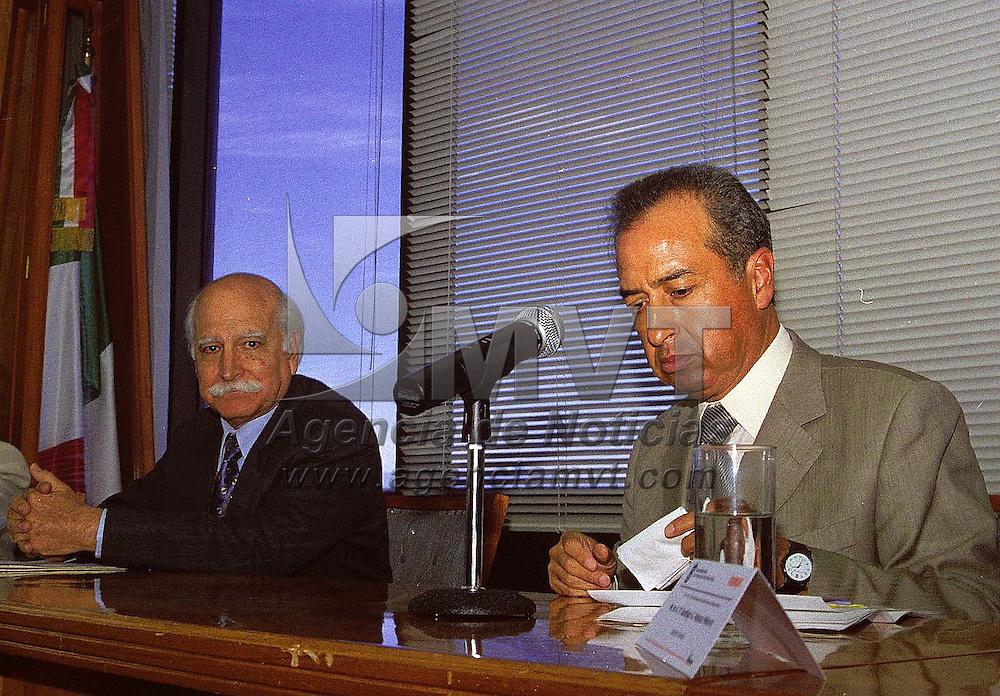 Toluca, Méx.- Santiago Velazco, director general del ISSEMY y Raúl Ortiz Magaña director general del ININ durante la firma de convenio para la ayuda en la investigacin en materia de transplantes´. Agencia MVT / Daniela Bojorquez V.
