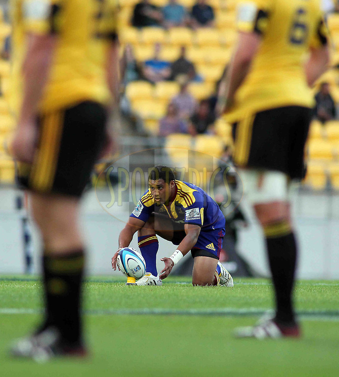 Highlanders Lima Sopoaga lines up a penality shot. Super 15 - Hurricanes v Highlanders, Westpac stadium, Wellington, 18 February 2011. PHOTO: Grant Down / photosport.co.nz