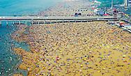 Luchtfoto van badgasten op het strand van Scheveningen. Met temperaturen boven de 30 graden is het op veel plaatsen in Nederland tropisch warm.
