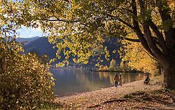 THEMENBILD - Spaziergänger geniessen einen sonnigen Herbsttag und den Blick auf Zell am See mit dem See und die umliegenden Berge, aufgenommen am 21. Oktober 2015, Zell am See, Österreich // People enjoying a sunny autumn day and the view of Zell am See with the Lake and the surrounding mountains, Zell am See, Austria on 2015/10/21. EXPA Pictures © 2015, PhotoCredit: EXPA/ JFK
