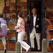 NLD/Laren/20060603 - Willibrord Frequin en partner Susan Rastin op bezoek bij juwelier Rene Kahle in Laren