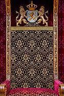DEN HAAG - Ridderzaal. Troon aangepast aan nieuwe vorst. De gouden 'W' was bewaard gebleven vanuit de tijd dat Koningin Wilhelmina op deze plaats de Troonrede voorlas. De 'A' Is er in stijl bijgemaakt. jesper drenth