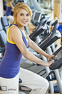Young woman working out at the gym (model-released)