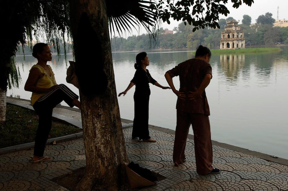 Hanoi: Hoan Kiem Lake. Tai Chi excercie