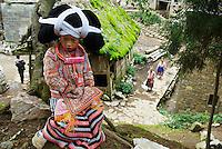 Chine. Province du Guizhou. Village de Longjia. Fete des fleurs chez les Miao Longues Cornes. // China. Guizhou province. Longjia village. Long Horn Miao girls in traditional costumes celebrating Flower Dance Festival.