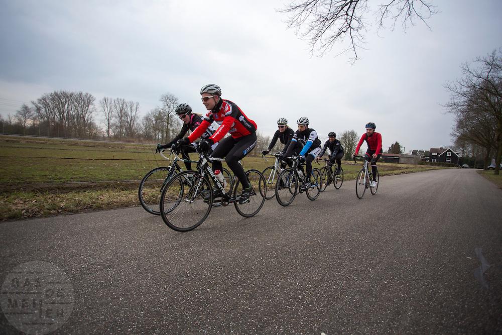 In Utrecht rijden op Valentijnsdag zestig vrijgezelle mannen en vrouwen op de racefiets om te speetdaten. Iedere vijf minuten moeten de deelnemers naast een andere vrijgezel fietsen.<br /> <br /> In Utrecht sixty bachelor men and women ride a tour on a road bike at Valentines Day.