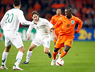 17-10-2007: Voetbal: Nederland-Slovenie: Eindhoven<br /> Seedorf ontwijkt de verdediger Andrej Komac<br /> Foto: Geert van Erven