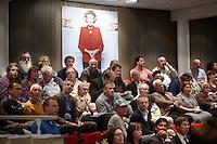 Nederland. Schiedam, 30 augustus 2011.<br /> Raadsvergadering, gemeenteraad, gemeenteraadsvergadering, lokale politiek, politiek, gemeentepolitiek, Beatrix, monarchie, koningshuis, toehoorders, burgers, inwoners<br /> De drie overgebleven wethouders in Schiedam, zijn maandagavond laat opgestapt. Daarmee volgen ze het voorbeeld van wethouder Mostert, die naar aanleiding van een rapport over hun functioneren ook al zijn functie heeft neergelegd.<br /> CDA-wethouder Ad Hekman en zijn PvdA-collega's Menno Siljee en Maarten Groene hebben vanavond ieder in een brief aan de gemeenteraad laten weten dat ze hun functie neerleggen.<br /> <br /> Eind vorige week werd in Schiedam een rapport gepresenteerd van het Bureau Integriteit Nederlandse Gemeenten. Daarin stond dat ex-burgemeester Verver van Schiedam meerdere keren haar macht had misbruikt en een angstcultuur had gecreëerd onder de ambtenaren. De wethouders zouden te weinig hebben gedaan om dat tegen te gaan.<br /> <br /> In hun brieven aan de gemeenteraad laten de wethouders weten dat ze willen opstappen, om het open debat over het rapport niet in de weg te willen staan. Ze zeggen zich persoonlijk geraakt te voelen door de bevindingen uit het rapport.<br /> Vanavond wordt het BING-rapport in de gemeenteraad besproken. Mogelijk valt er dan ook een beslissing of het ontslag van oud-burgemeester Verver wordt veranderd van eervol naar een oneervol ontslag. <br /> Foto Martijn Beekman