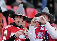 Fussball 1. Bundesliga: Saison   2009/2010   30. Spieltag   Bayer 04 Leverkusen - FC Bayern Muenchen   10.04.2010 FC Bayern Fans fotografieren ihr Team