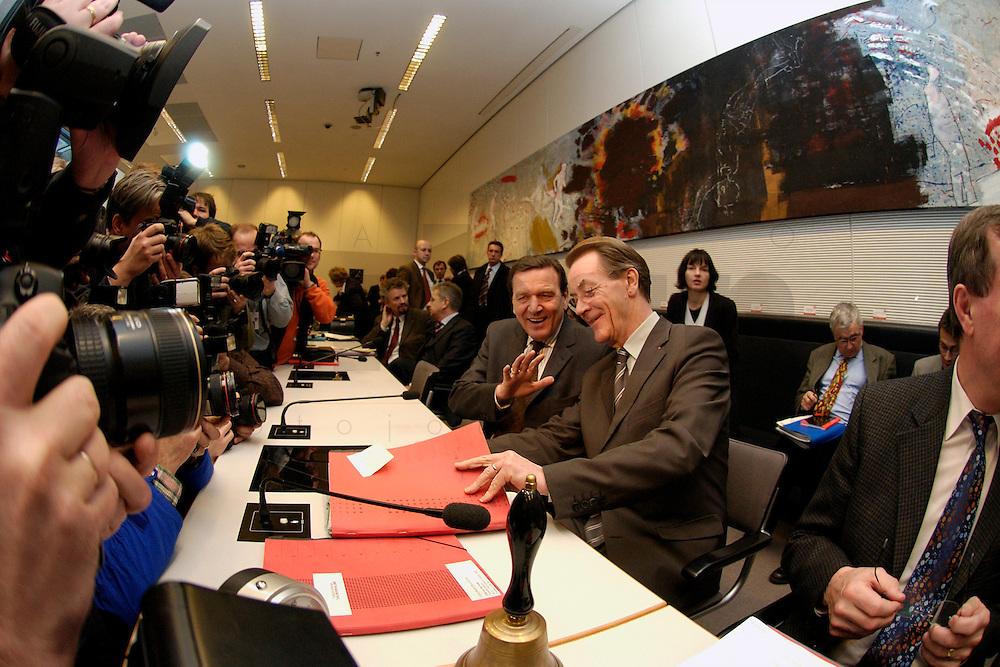 10 FEB 2004, BERLIN/GERMANY:<br /> Gerhard Schroeder (L), SPD, Bundeskanzler und Noch-Parteivorsitzender, und Franz Muentefering (R), SPD Fraktionsvorsitzender und desig. SPD Parteivorsitzender, mit Fotografen und Kameraleuten, vor Beginn der SPD Fraktionssitzung, Deutscher Bundestag<br /> IMAGE: 20040210-02-024<br /> KEYWORDS: Franz M&uuml;ntefering, Kamera, Camera, Fotografen, Gespr&auml;ch, Gespraech, Gerhard Schr&ouml;der